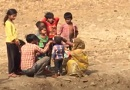 印度村民挖水坑狂喝